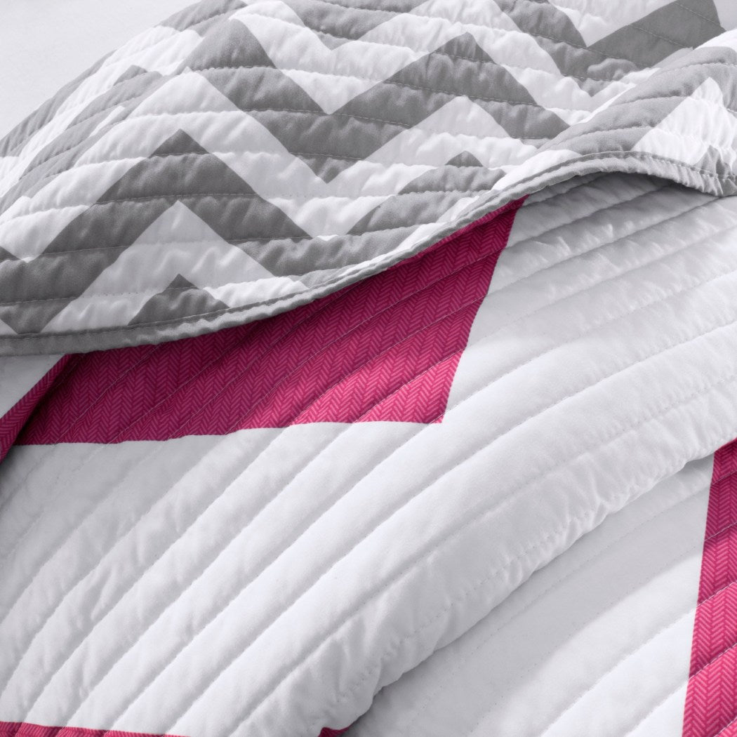 Quilt Set Chevron Pattern Themed Bedding Zig Zag Chic Geometric Trendy Modern Fuschia Bright Vibrant Stylish Bold