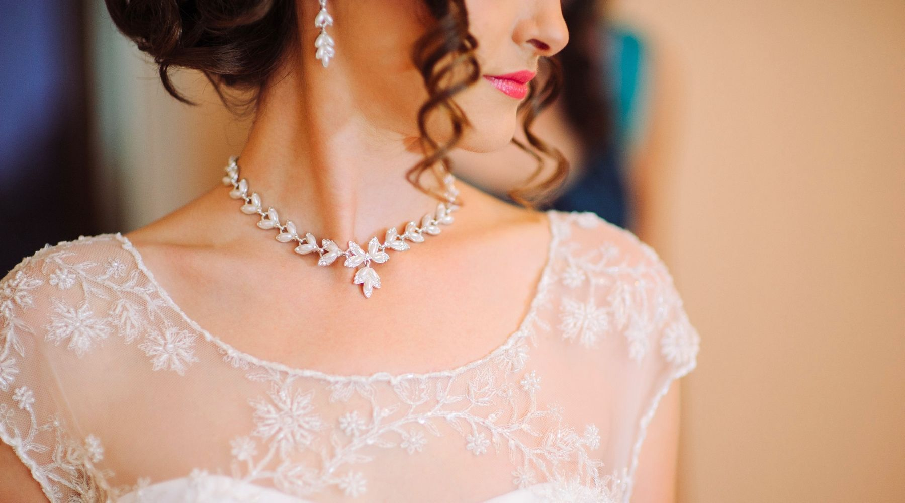 7 Tips for Choosing the Perfect Wedding Dress Necklace