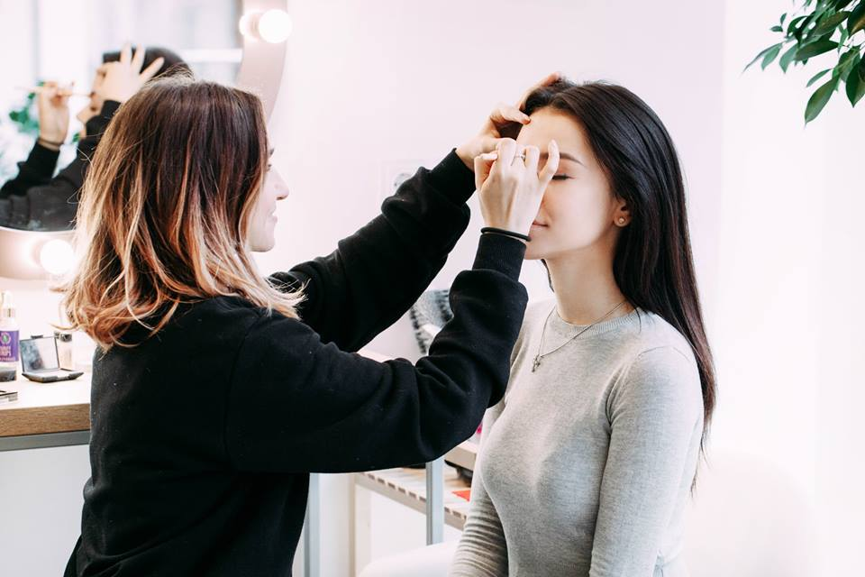 7 THINGS TO ASK BEFORE HIRING YOUR MAKEUP ARTIST
