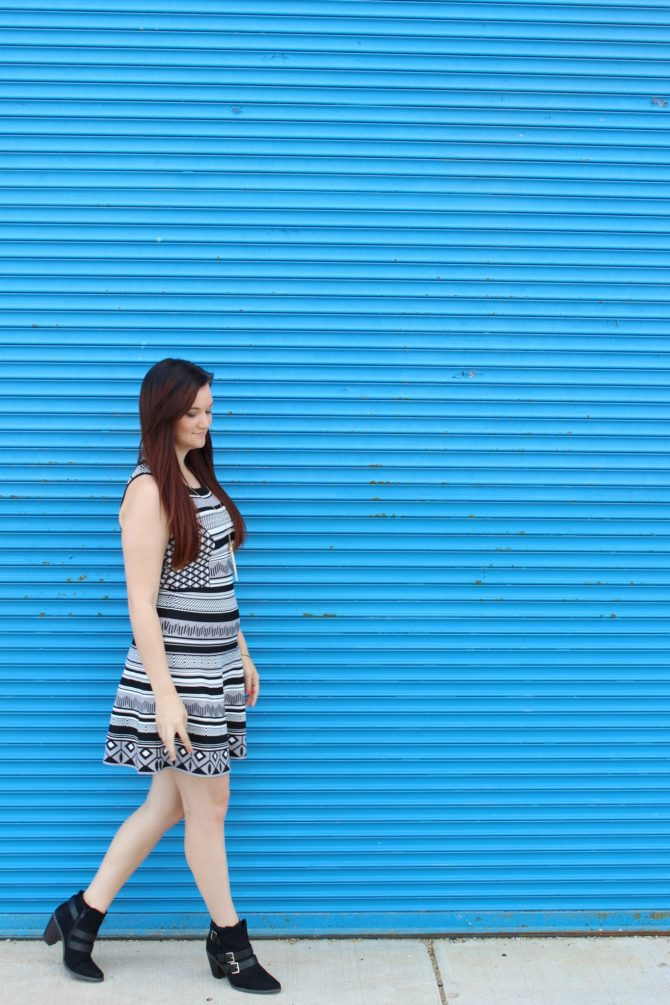 black-and-white-printed-dress-blue-mural-3