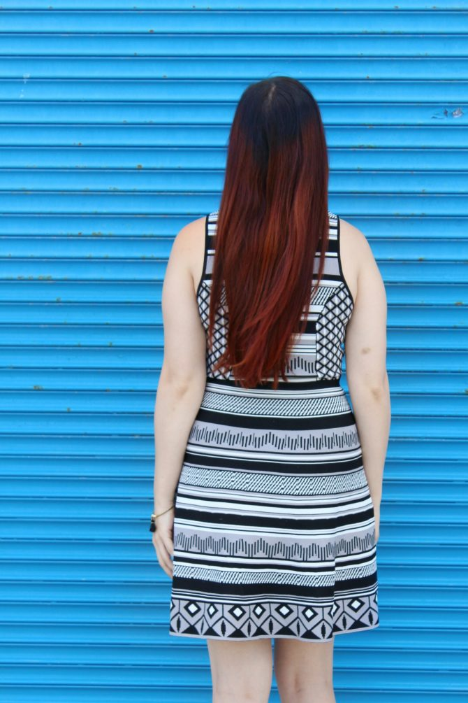 black-and-white-printed-dress-blue-mural-4