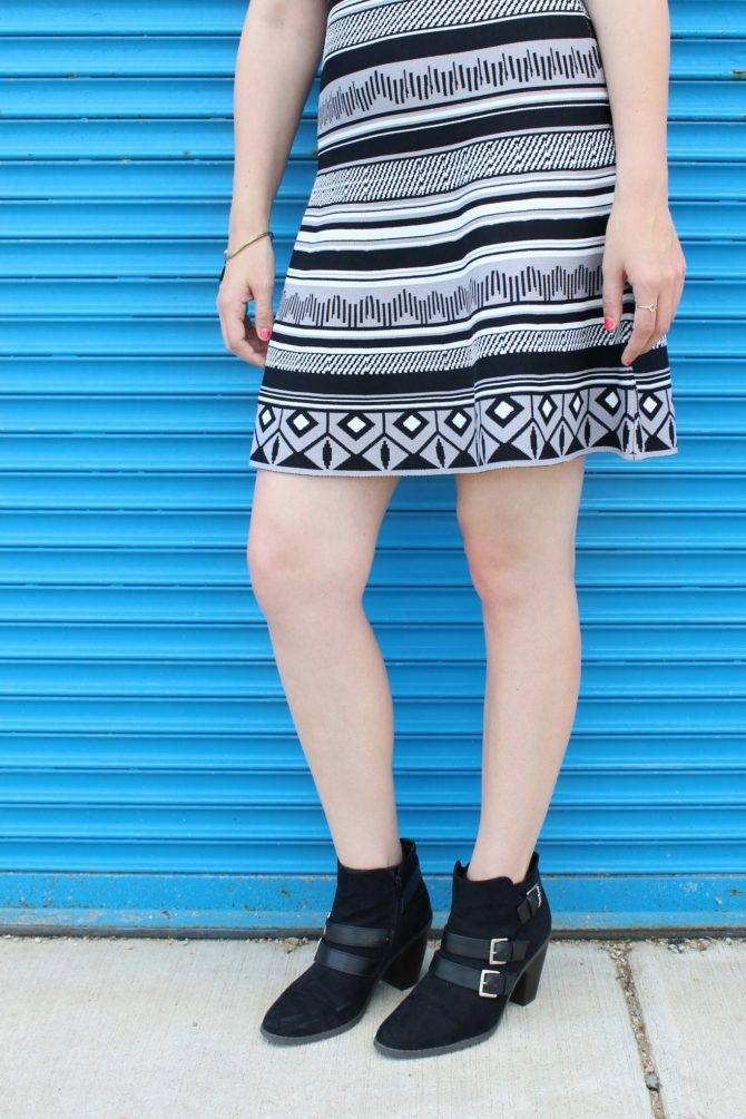 black-and-white-printed-dress-blue-mural-8