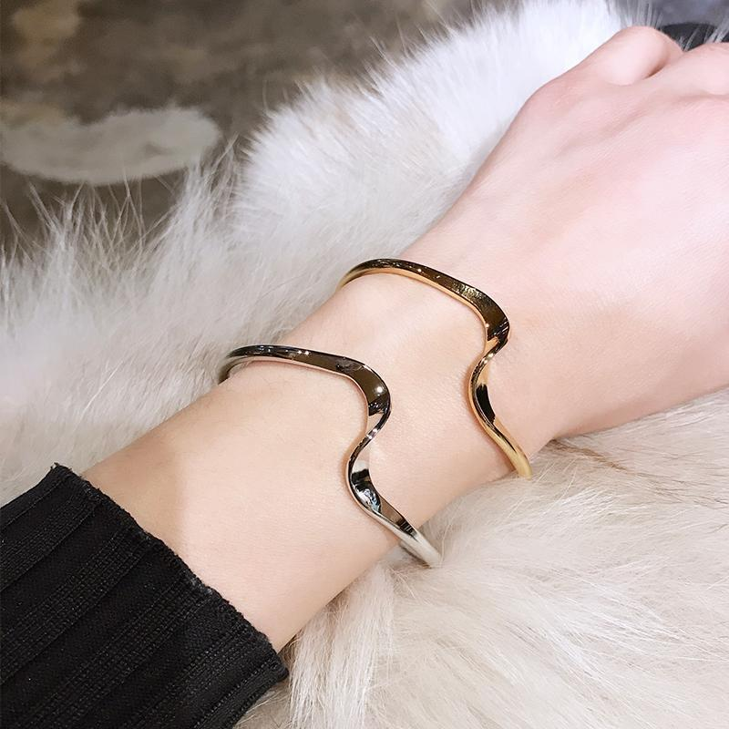 itGirl Shop ELEGANT WAVE SHINY METALLIC GOLDEN SILVER BRACELET
