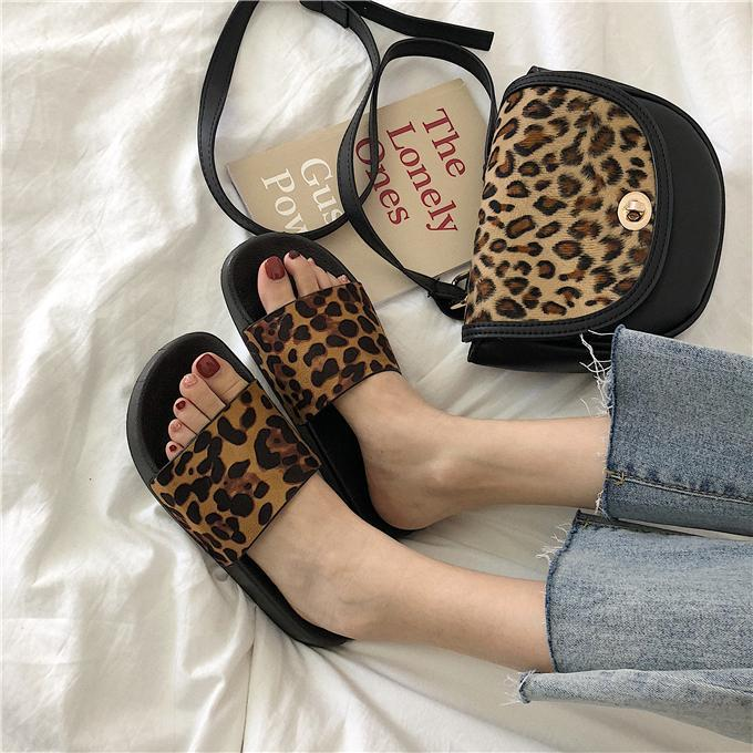 itGirl Shop LEOPARD PRINT BLACK FLAT SOLE RUBBER SUMMER SANDALS