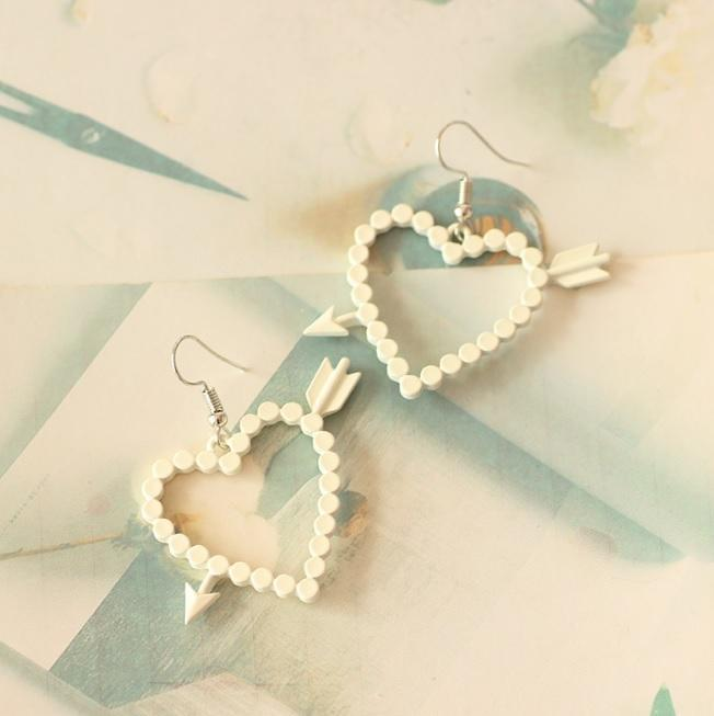 itGirl Shop SWEET HEART ARROW WHITE BEIGE EARRINGS