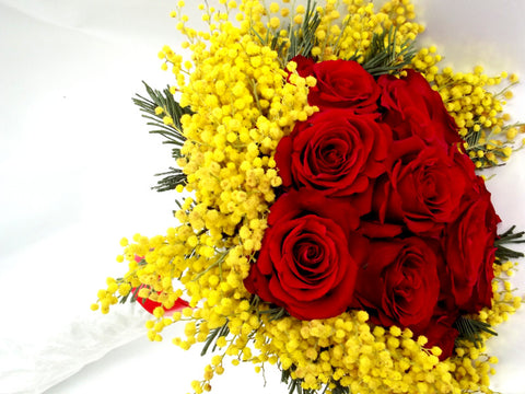 12 Rose Rosse con Mimosa