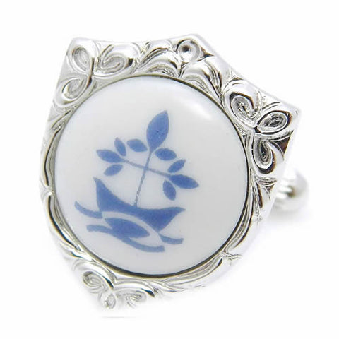 Royal Copenhagen Crest leaf CufflinksRoyal Copenhagen meets Tokyo cufflinksRoyal Copenhagen – Purveyor to Her Majesty the Queen of Denmark since 1775. Manufacturer of hand painted porcelain in dinnerware, figurines, collectibles.These Cufflinks are hand made in Japan from high-quality sturdy rhodium. The cufflinks will come in a beautiful cufflink box.