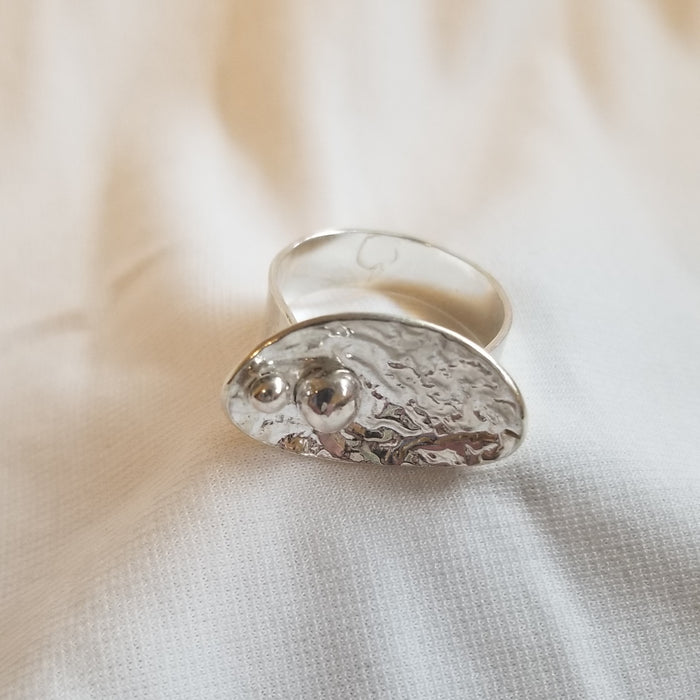 Concaved oval ring with ball design