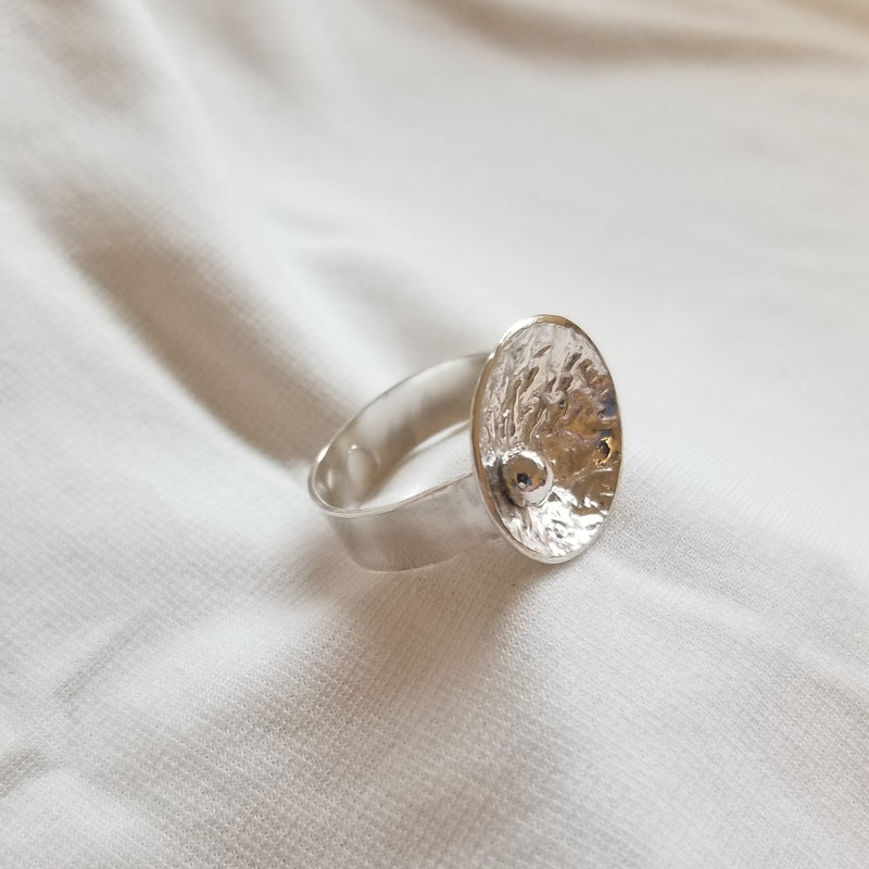 Concaved round ring with ball design
