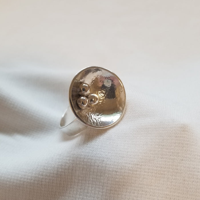 Concaved ring with ball design