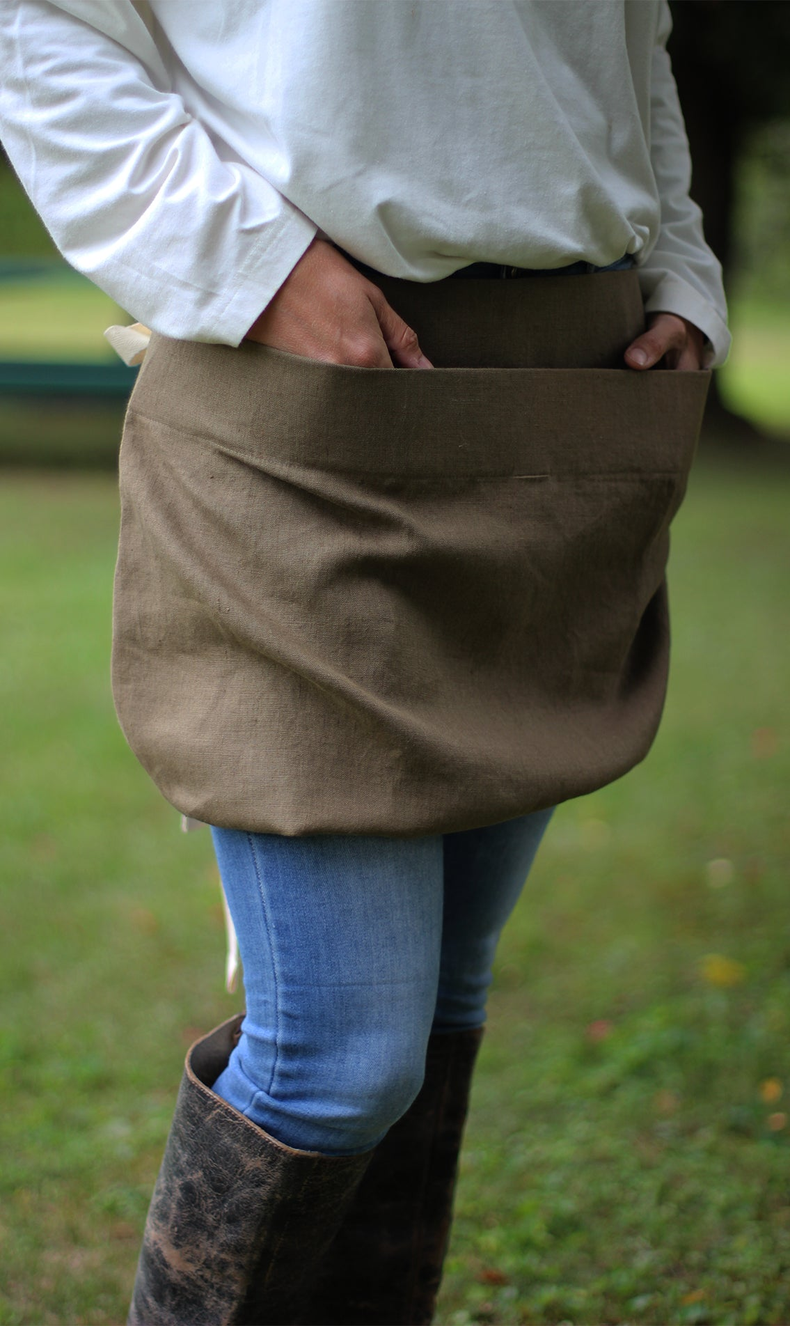Pouch Apron in EOlive Linen - Front View