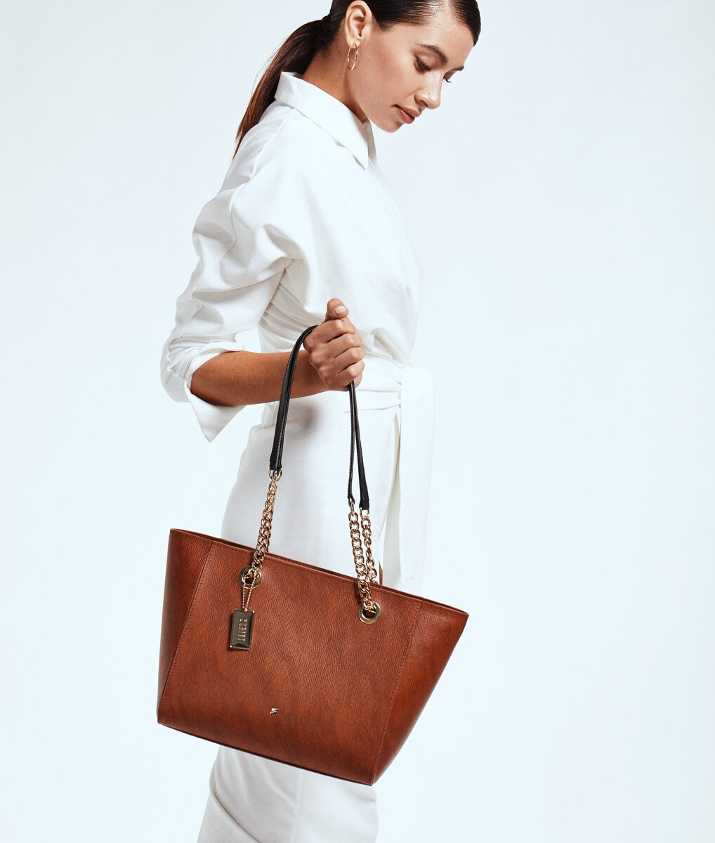 woman with brown leather shopper bag- Corteccia
