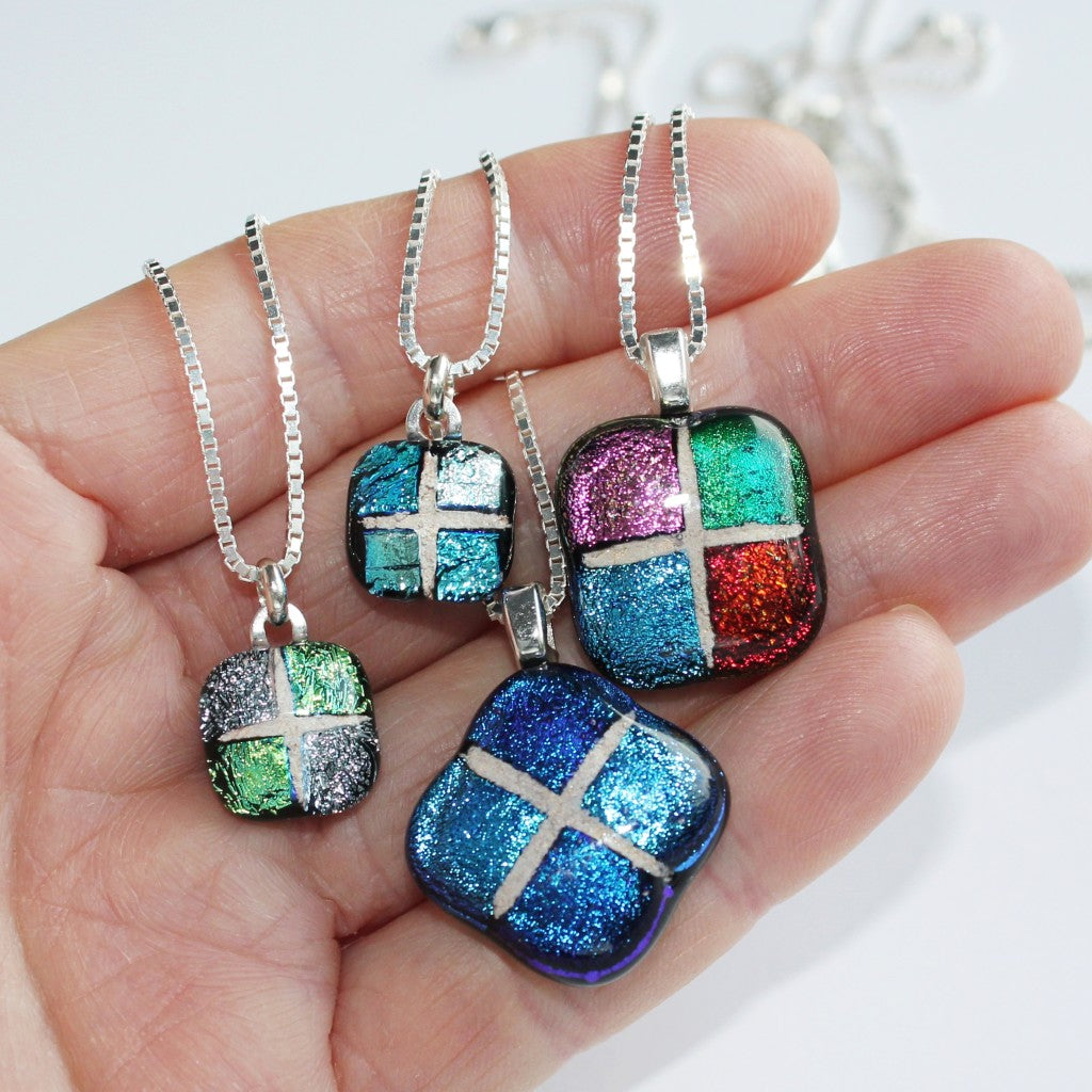 Size comparison for pendants in each package