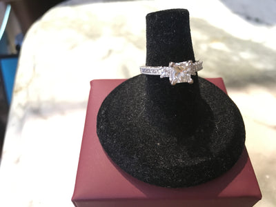 Ladies 18K Gold Diamond Engagement Ring