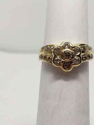 4.2g 18K Yel gold with .691cttw diamond flower ring
