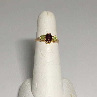 1.74g 10K Yellow gold 3 gemstone ring set with Tourmaline and Citrine.