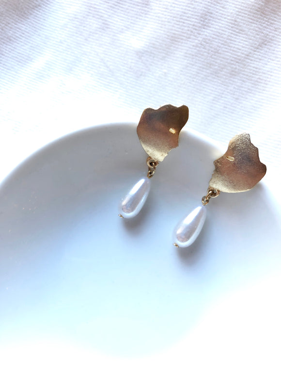 Face Teardrop Gold Pearl Pierced Earrings