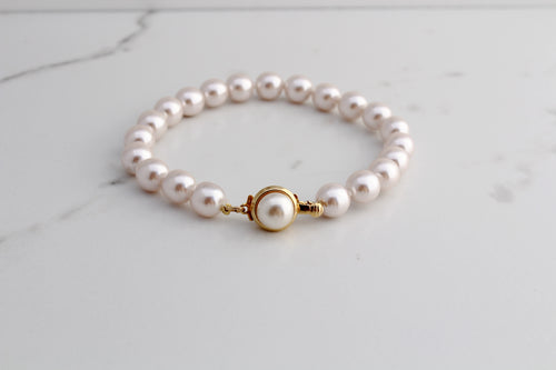Classic white pearl bracelet, 14k Gold Plated mabe pearl closure. Handmade in Spain.