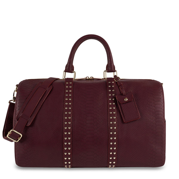 Front view of Latitu° København holdall in burgundy, and shoulder strap
