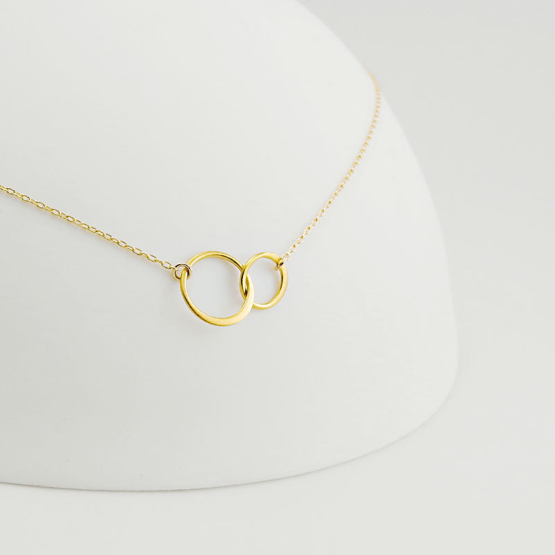 Classic and captivating, this necklace is symbolizes everlasting connection. Available in gold and in a silver & gold mix version.