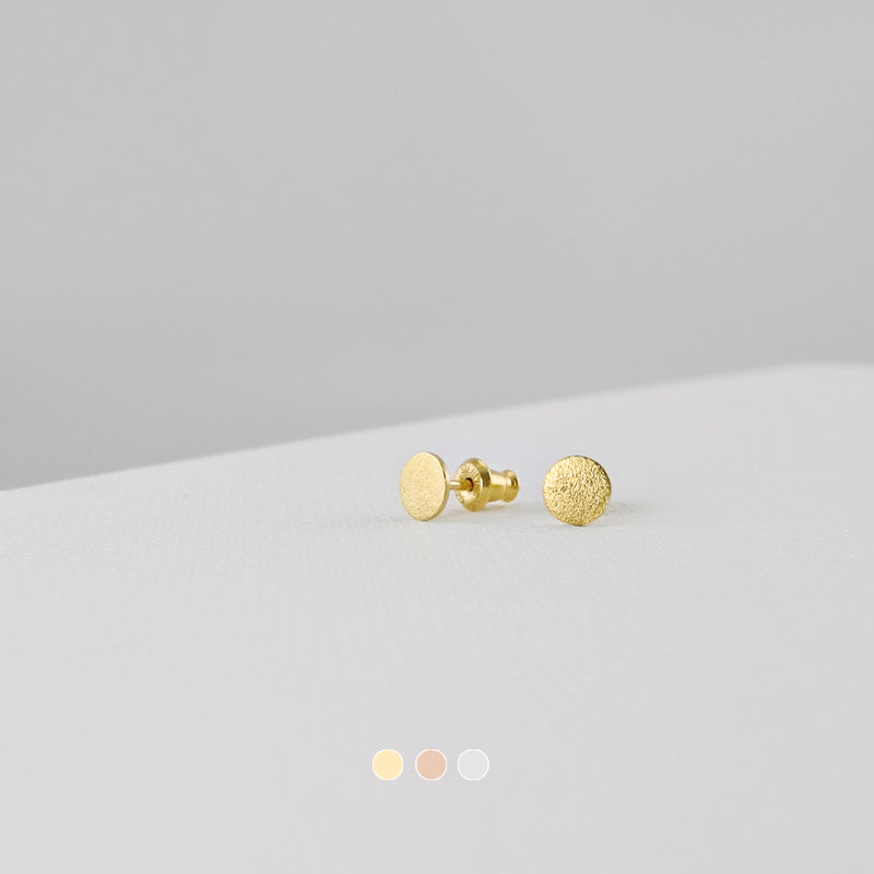 These classic ear studs effortlessly blend timeless style. The brushed surfaces add a dazzling touch to these timeless Circle Stud Earrings.
