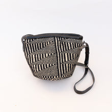 front view sisal bag in black & white