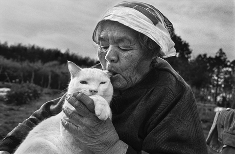 this woman loves her cat -MissMeowni.com