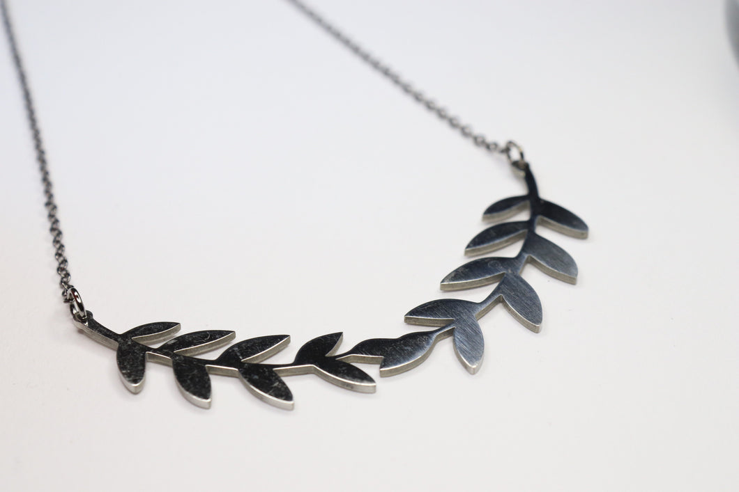 LEAVES CROWN NECKLACE