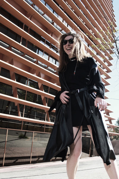 black look with mellow jewellery