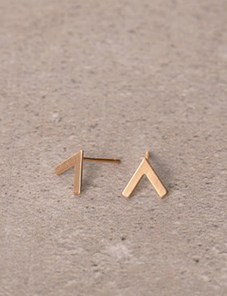 V stud earrings