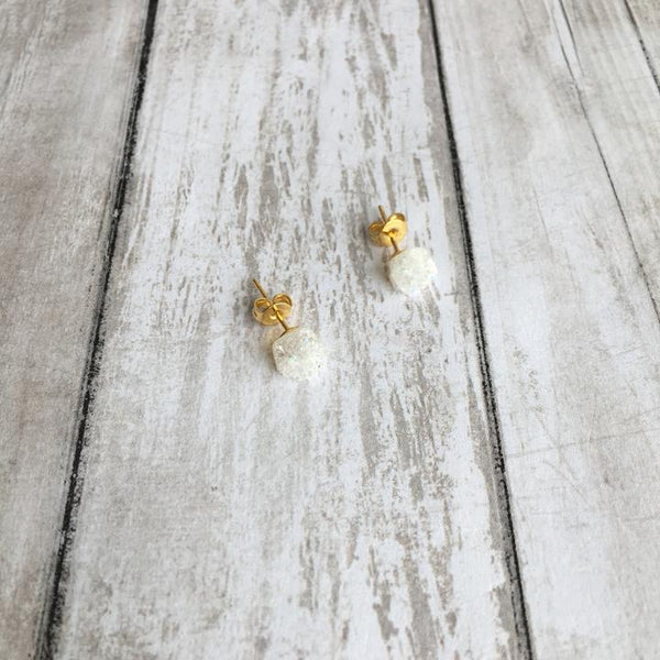 THE ROUGH DRUZY BITS STUD EARRINGS (WHITE)