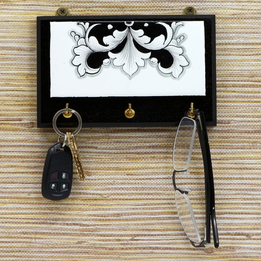 DERUTA VARIO NERO: Keys Hanger with Hand Painted Ceramic tile on Hard Wood base. Brass Hooks