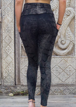 Load image into Gallery viewer, Pocket Leggings - Silver Snake Pattern