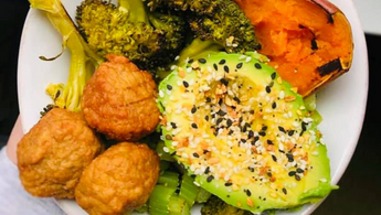 Make a lunch plate with veggies, avocado and gluten free Wundernuggets