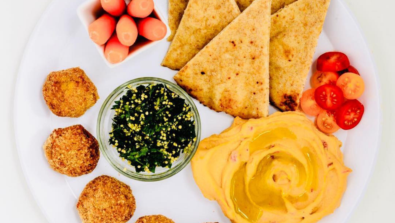 Make a simple Mediterranean plate with hummus and Wundernuggets