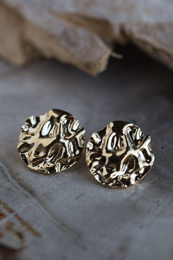 ERIN KRINKLE ROUND EARRINGS IN GOLD