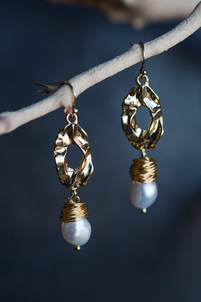 LYSA ORGANIC PEARL EARRINGS IN GOLD
