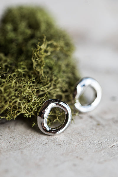 MINI ORGANIC RING EARRINGS IN SILVER