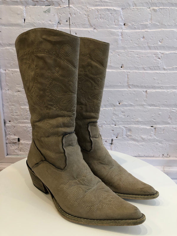 Western-style boots w/detailed stitching