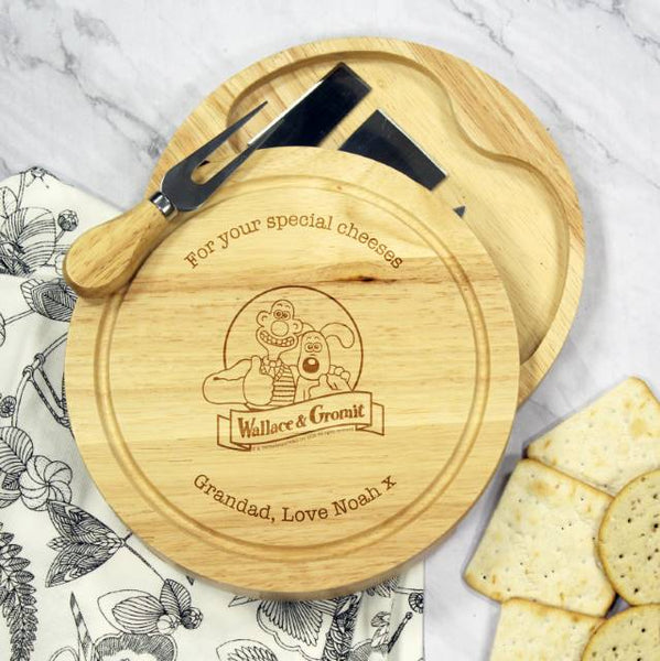 Wallace & Gromit Logo Wooden Cheese Board & Knives Set