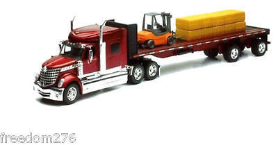 New Ray 1:32 International Lone Star Hauler With Forklift And Hay Bales 10393