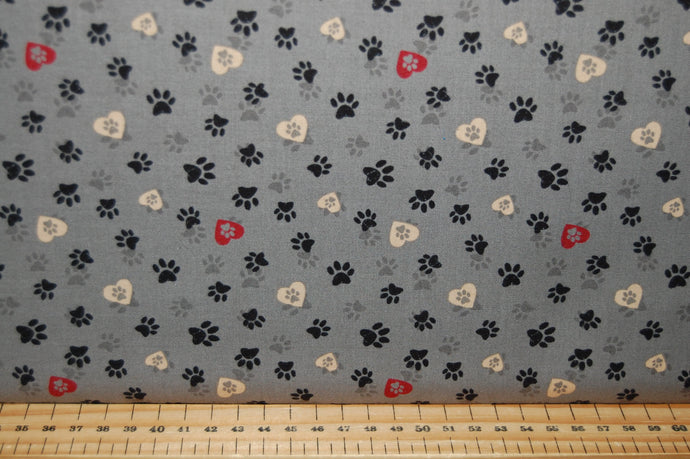 fabric shack sewing quilting sew fat quarter cotton quilt patchwork dressmaking clothworks dan di paolo wigglebutts paw prints black labrador puppy dog block love (2)