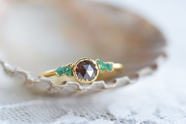 BROWN DIAMOND AND RAW EMEARLD RING SET IN GOLD