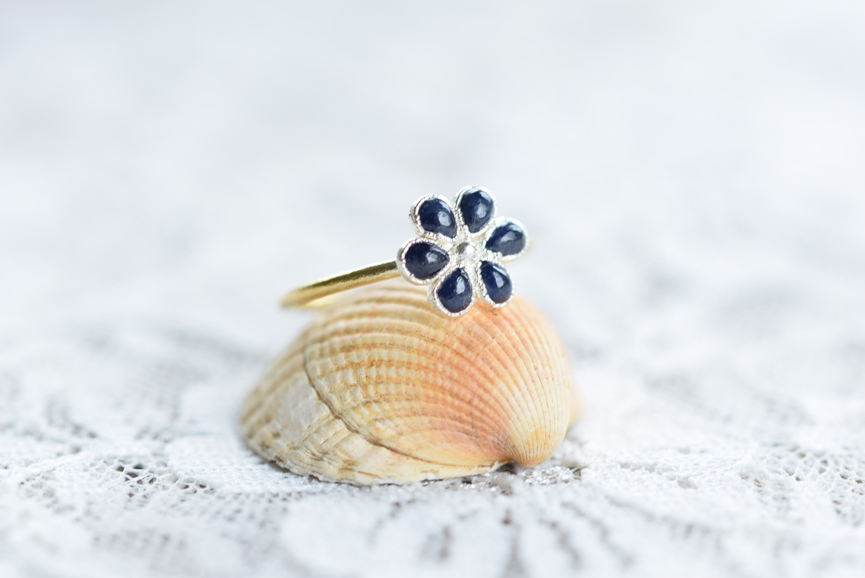 SAPPHIRE FLOWER RING IN FINE SILVER AND GOLD