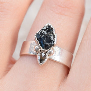 ROUGH SAPPHIRE AND DIAMOND RING IN FINE SILVER