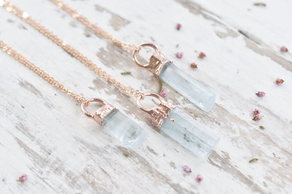 RAW AQUAMARINE CRYSTAL NECKLACE IN ROSE GOLD