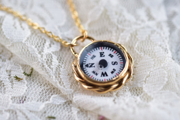 WORKING COMPASS NECKLACE IN GOLD