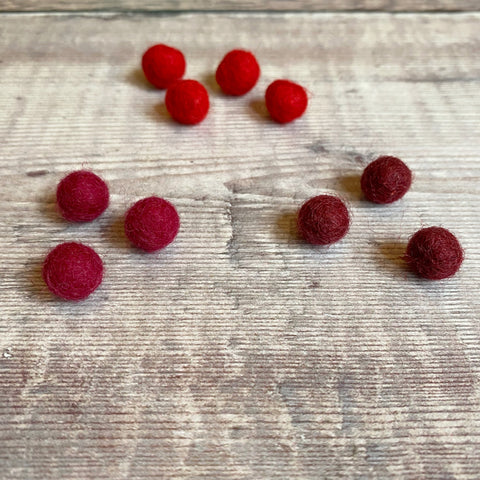 Felt balls: 1cm red mix (pack of 10)