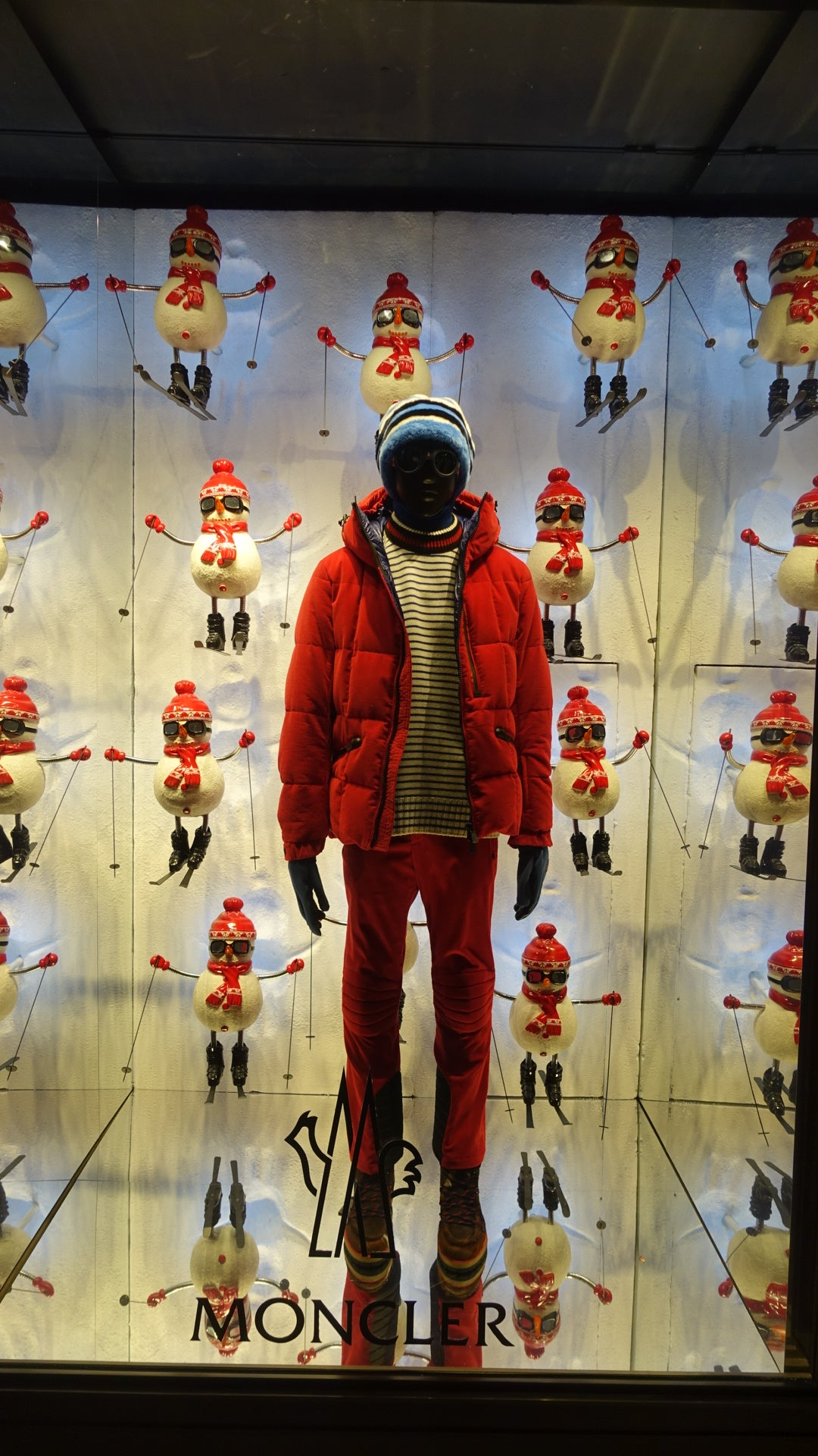 MONCLER SNOWMAN WINDOW DISPLAY