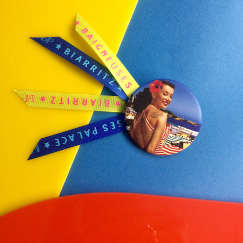 Badge 45mm Pin-up big smile